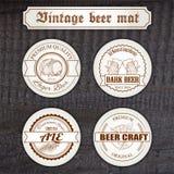Insieme di vettore della stuoia disegnata a mano d'annata della birra con Immagine Stock