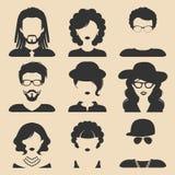 Insieme di vettore delle icone maschii e femminili differenti nello stile piano d'avanguardia Fronti o teste della gente royalty illustrazione gratis