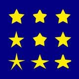 Insieme di vettore delle stelle, icone gialle sul fondo blu scuro del cielo, simboli di notte, modello degli elementi di progetta royalty illustrazione gratis