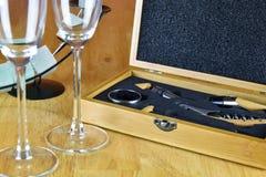 Insieme di vino in una scatola di legno Due bicchieri di vino e un candeliere Fotografia Stock