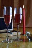 Insieme di vino in una scatola di legno Due vetri con vino rosato e una candela Fotografia Stock