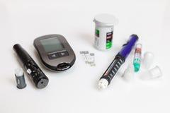 Insieme diabetico della lancetta con gli aghi di riserva, il glucometer, le strisce, la scatola delle strisce di riserva, l'iniet fotografie stock libere da diritti