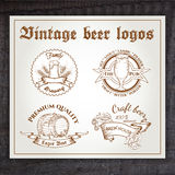 Insieme disegnato a mano dell'annata di vettore del logo della birra sopra Fotografie Stock