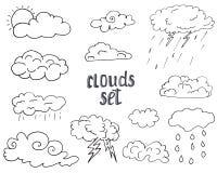 Insieme disegnato a mano delle nuvole differenti, illustrazione di scarabocchio di vettore della raccolta di schizzo isolata su b Immagini Stock Libere da Diritti