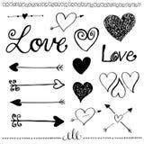 Insieme disegnato a mano di amore di scarabocchio dell'inchiostro Cuore e freccia Fotografia Stock