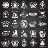 Insieme distintivo di società della birra e della cantina del mestiere, segno o etichetta Illustrazione di vettore illustrazione vettoriale
