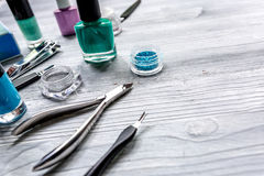 Insieme e smalto di manicure per il trattamento delle mani sul modello di legno del fondo Fotografia Stock