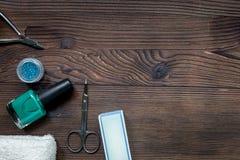 insieme e smalto di manicure per il trattamento delle mani sul modello di legno di vista superiore del fondo Immagini Stock Libere da Diritti