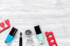 insieme e smalto di manicure per il trattamento delle mani sul modello di legno grigio di vista superiore del fondo Immagine Stock Libera da Diritti