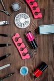 Insieme e smalto di manicure per il trattamento delle mani sulla vista superiore del fondo di legno Fotografia Stock Libera da Diritti