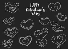 Insieme felice di tiraggio della mano di giorno di biglietti di S. Valentino dei cuori gessosi Lineart su un fondo nero Immagini Stock Libere da Diritti
