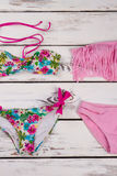 Insieme floreale e rosa del bikini Fotografia Stock Libera da Diritti
