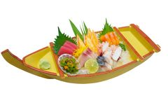 Insieme giapponese del sashimi sul piatto della barca isolato su bianco Immagine Stock