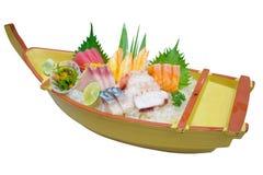 Insieme giapponese del sashimi sul piatto della barca isolato su bianco Fotografia Stock Libera da Diritti