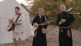 Insieme medievale di prestazione di monaci Templars video d archivio