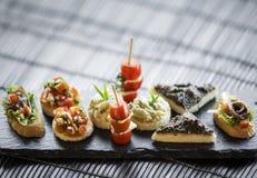 Insieme misto del vassoio dello spuntino dei tapas creativi gastronomici spagnoli fotografia stock libera da diritti