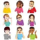 Insieme parlante della gente di Smartphone royalty illustrazione gratis