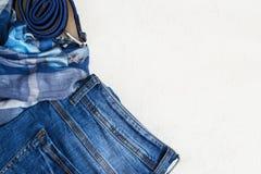 Insieme piano di disposizione dei vestiti unisex casuali su un fondo bianco Vista superiore con lo spazio della copia Fotografia Stock
