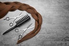 Insieme professionale del ` s del parrucchiere e treccia marrone immagine stock libera da diritti