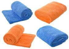 Insieme (quattro) degli asciugamani blu ed arancio isolati sul backgrou bianco Immagine Stock