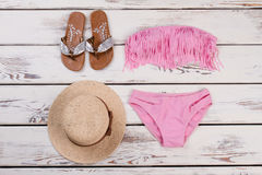 Insieme rosa del bikini, cappello, sandali fotografie stock libere da diritti