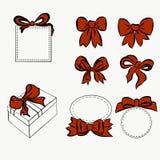Insieme rosso del nastro pieghi per la decorazione dell'oggetto vario, arco d'annata e scatole, regalo e decorazione Grafico dise illustrazione vettoriale