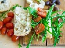 Insieme sano dell'alimento che consiste del panino fresco con il pomodoro ciliegia Fotografie Stock
