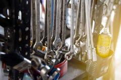 Insieme sporco dimensioni delle chiavi e degli strumenti del metallo di varie Immagine Stock
