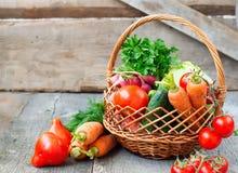 Insiemi con le verdure organiche su un fondo di legno Fotografie Stock Libere da Diritti