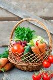 Insiemi con le verdure organiche su un fondo di legno Fotografia Stock