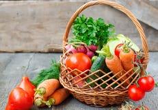Insiemi con le verdure organiche su un fondo di legno Fotografia Stock Libera da Diritti