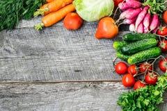 Insiemi con le verdure organiche su un fondo di legno Copi lo spazio b Fotografia Stock