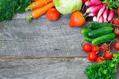 Insiemi con le verdure organiche su un fondo di legno Copi lo spazio b Fotografie Stock Libere da Diritti