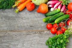 Insiemi con le verdure organiche su un fondo di legno Copi lo spazio b Fotografia Stock Libera da Diritti