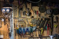 Insiemi degli strumenti per la riparazione in garage immagini stock