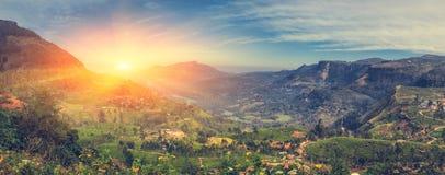 Insiemi di The Sun dietro le montagne Bella vista del mountai Fotografie Stock