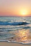 Insiemi di Sun oltre una spiaggia da sette miglia Fotografie Stock Libere da Diritti