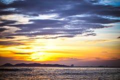 Insiemi di Sun sopra l'oceano Fotografia Stock