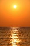 Insiemi di Sun sopra l'orizzonte Immagini Stock Libere da Diritti
