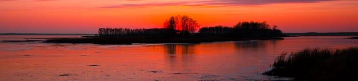 Insiemi di Sun sul lago congelato rice fotografia stock libera da diritti
