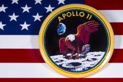 Insigne d'Apollo 11 et le drapeau des Etats-Unis photos stock