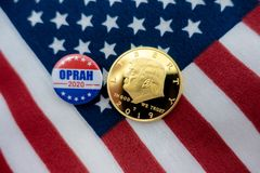 Insigne d'Oprah 2020 et pièce de monnaie présidentiels de Donald Trump image libre de droits