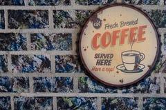 Insigne de café sur le mur de pastel d'huile images stock