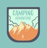 Insigne extérieur d'aventure et rétro emblème Images stock