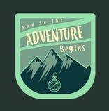 Insigne extérieur d'aventure et rétro emblème, créés dans le vert bleu Photos stock