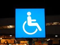 Insigne handicapé sur le signe léger Photo libre de droits