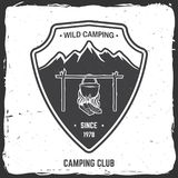 Insigne sauvage de camping Illustration de vecteur Photos libres de droits