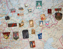 Insignes des villes soviétiques sur une carte Image stock
