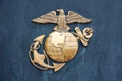 Insignia морской пехот Соединенных Штатов в золоте на сини Стоковое фото RF