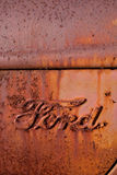 Insignia antigua oxidada del carro de Ford Foto de archivo libre de regalías